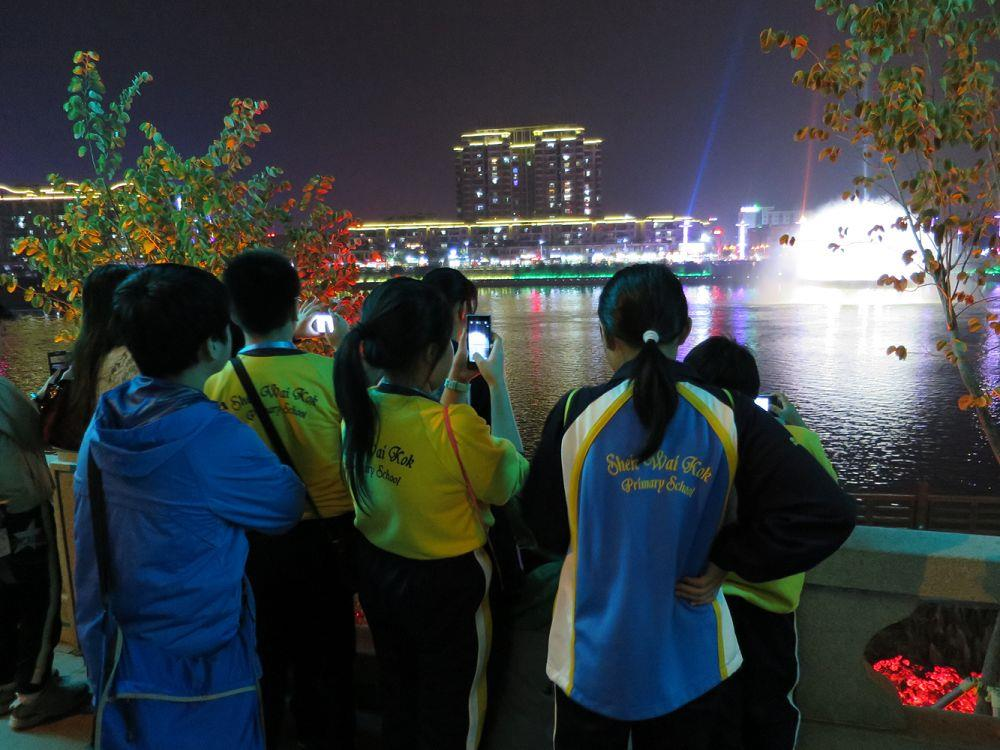 Through visiting the Xinfengjiang Musical Fountain, the students learnt about how technology influenced tourism.