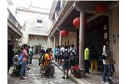 The students visited a Chaozhou-style theatre. They tried to find out the interesting features of Chaozhou operas from an audience's point of view.
