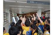 Students were visiting Shenzhen Library 01