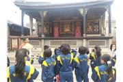 Through visiting the Foshan Ancestral Temple, students learnt about the ancient architectural style and character of Lingnan.