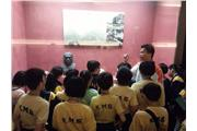 Students were learning to appreciate traditional Lingnan sculpture at the Foshan Folk Art Society.