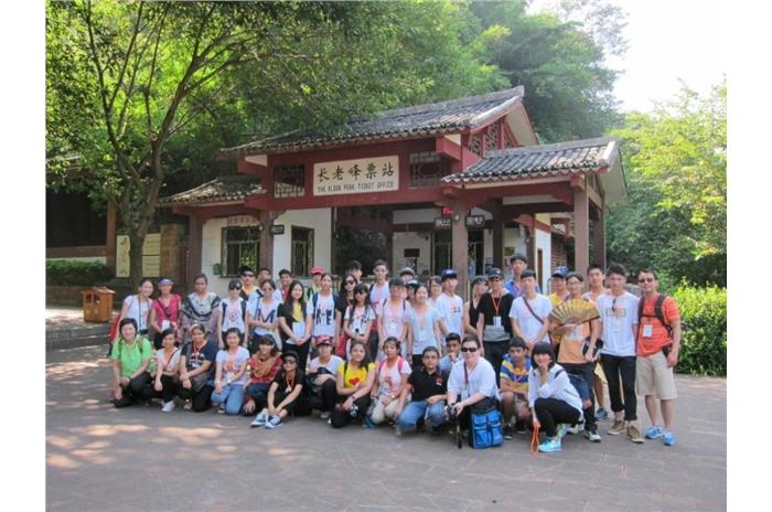 Through visiting the Elders Peak, the students knew more about the geological and geographical features of Mount Danxia.