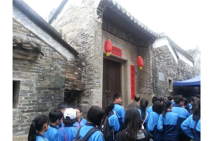 At Dapeng Fortress, the students were able to look at some historic buildings closely. They also learnt more about heritage protection by listening to the tour guide.