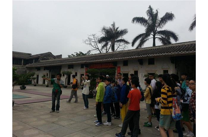Thanks to the tour guide, students knew more about the structure of Chen Cihong's former residence and Chen's life.