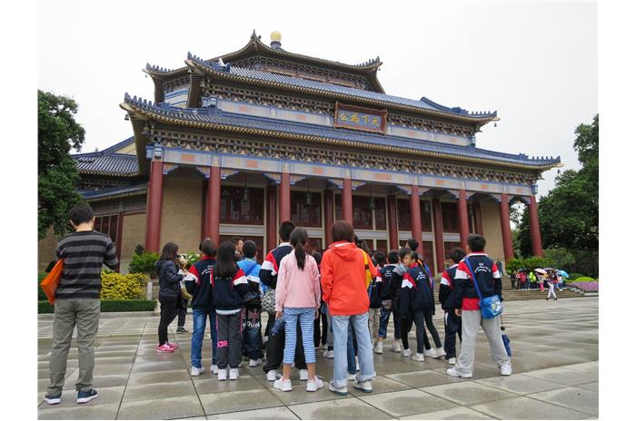 Through visiting Dr. Sun Yat-sen's Memorial Hall, students learnt its history background and architectural style.