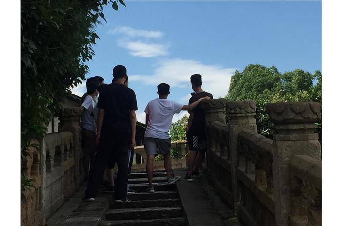 Students were visiting Bazi Bridge in Shaoxing.